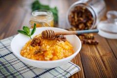 Pompoenhavermoutpap met honing en noten Stock Afbeelding