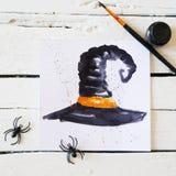 Pompoenhoofd op donkere achtergrond met esdoornbladeren Royalty-vrije Stock Foto
