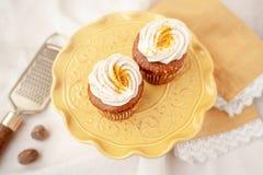 Pompoenkaastaart cupcakes zonder gluten of zuivelfabriek wordt gemaakt die stock afbeeldingen