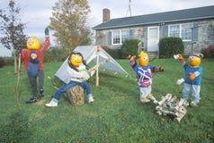 Pompoenkarakters die op Front Lawn van Huis, Maine kamperen Royalty-vrije Stock Afbeeldingen
