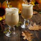 Pompoenkruid latte met slagroom en karamel Royalty-vrije Stock Afbeelding