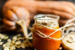 Pompoenpuree smoothies en zaden Stock Fotografie