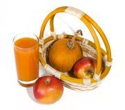 Pompoensap in glas en fruit Stock Afbeelding