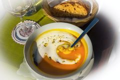 Pompoensoep, brood en wijnstok Stock Fotografie