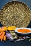 Pompoensoep en pompoen met het knoflook van de herfstgroenten, wortelen, ui, kruiden, zaden De stemming van de herfst Vele roze e royalty-vrije stock afbeelding
