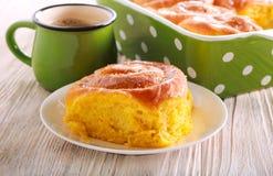 Pompoenstreusel het vullen broodje met suikerglazuur stock afbeelding
