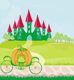 Pompoenvervoer die zich voor een fairytalekasteel bevinden Stock Afbeeldingen