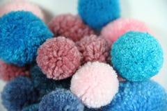 Pompoms azuis e cor-de-rosa celestiais de lãs Fotografia de Stock