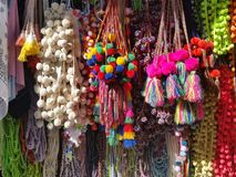 PomPoms e Scarves coloridos no aberto de uma loja do equipamento da costura fotografia de stock royalty free