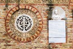 Pomposa-Abtei, Italien: schließen Sie oben von der Fassade Lizenzfreie Stockfotografie