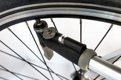 Pompować rowerowego koło używać ręki pompę z lotniczym ciśnieniowym wskaźnikiem w jednostkach bar/psi zdjęcie stock