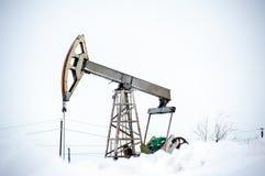 Pompowa dźwigarka na polu naftowym zdjęcie stock