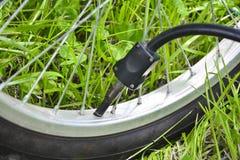 pompowanie opon rower?w Pompowa? powietrze w ko?o rower Domowy utrzymanie rower Bicykl us?uga i Utrzymywać dla zdjęcie stock