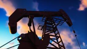 Pompowej dźwigarki przemysłowa maszyna dla rop naftowych w wschód słońca Sylwetka pompowa dźwigarka pompuje olej przeciw czerwone zdjęcie stock