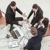 Pomyślna biznes drużyna dyskutuje nowego pieniężnego plan firma obrazy royalty free