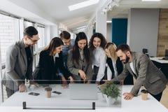 Pomyślna drużyna Grupa młodzi ludzie biznesu pracuje wpólnie i komunikuje w kreatywnie biurze obraz stock