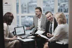 Pomyślni partnery biznesowi dyskutuje nowego kontrakt obraz royalty free