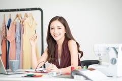 Pomyślny Biznesowej kobiety ono Uśmiecha się zdjęcia stock
