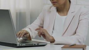 Pomyślna Azjatycka kobieta pracuje na laptopie przy biurem, uruchomieniem i karierą, zbliżenie zdjęcie wideo