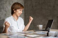 Pomyślna Azjatycka Kreatywnie kobiety odświętność zdjęcie stock