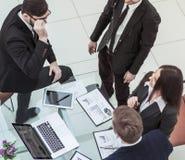 Pomyślna biznes drużyna dyskutuje nowego pieniężnego plan firma zdjęcia royalty free