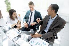 Pomyślna biznes drużyna dyskutuje pieniężnego zysk firma zdjęcie royalty free