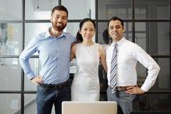 Pomyślna biznes drużyna pracuje przy biurem obrazy stock