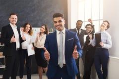 Pomyślna biznes drużyna w nowożytnym biurze obraz stock