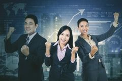 Pomyślna biznes drużyna z przyrosta finanse wykresem zdjęcia royalty free