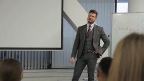 Pomyślna biznesmen odpowiedź pytanie na biznesowej konferenci zbiory wideo