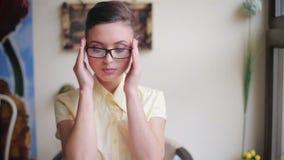 Pomyślna biznesowa dama jest ubranym eleganckich szkła dla przeglądać na smartphone zdjęcie wideo