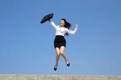 Pomyślna biznesowa kobieta skacze zdjęcie stock