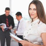 Pomyślna biznesowa kobieta używa pastylka peceta Online bankowość zdjęcia stock
