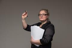 Pomyślna biznesowa kobieta wiek średni z znacząco dokumentami obrazy royalty free
