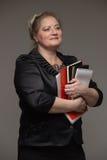 Pomyślna biznesowa kobieta wiek średni z znacząco dokumentami obraz stock