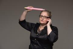 Pomyślna biznesowa w średnim wieku kobieta opowiada na th z szkłami fotografia royalty free