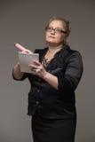Pomyślna biznesowa w średnim wieku kobieta pisze w notatnika impor zdjęcia royalty free
