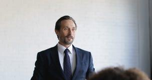 Pomyślna Biznesowego mężczyzna Wiodąca prezentacja Na Konferencyjnym spotkaniu, biznesmeni Zespala się słuchanie Na Stażowym konw