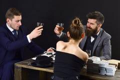 Pomyślna drużyna Ludzie biznesu chwyta spotkania Bogaci człowiecy i kobieta świętują dokonujący sukces Partnery biznesowi z zdjęcie stock