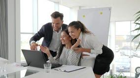 Pomyślna dylowa biznes drużyna w nowożytnym biurze, emocjonalni pracownicy w biurze, wielo- grupa etnicza zdjęcie wideo