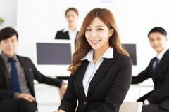 pomyślna młoda biznes drużyna w biurze Zdjęcie Stock