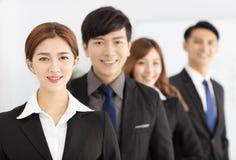 pomyślna młoda biznes drużyna w biurze Zdjęcie Royalty Free