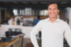 Pomyślna małego biznesu właściciela pozycja przy jego cukiernianym sklep z kawą Obraz Stock