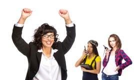 Pomyślna starsza biznesowa kobieta z jej drużyną na tle zdjęcie royalty free