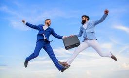 Pomyślna transakcja między biznesmenami Teczki przekazanie w niebiańskim niebieskiego nieba tle Łatwy dylowy biznes zdjęcie stock