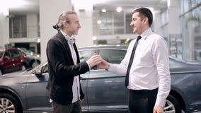 Pomyślna transakcja w przedstawicielstwie firmy samochodowej zbiory wideo