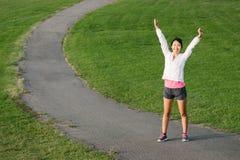 Pomyślne azjatykcie atlety dźwigania ręki obrazy stock