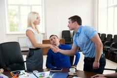 Pomyślne biznesmena szefa chwiania ręki z młodym człowiekiem wewnątrz Fotografia Stock