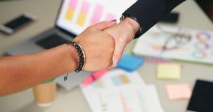 Pomyślne bizneswomanu i kobiety przedsiębiorcy chwiania ręki zbiory