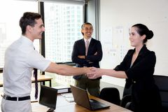 pomyślne partnera biznesowego chwiania ręki póżniej z spotkaniem w biurze fotografia royalty free